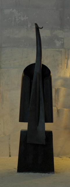Jeune fille en violoncelle, granit d'Afrique, 300 x 70 x 50 cm