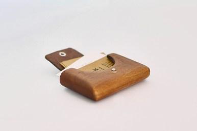 Bark Pocket: Tarjetero de madera, pieza de madera solida ahuecada en su interior más cuero de cubierta.