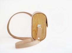 Cartera hecha con madera nativa de demolición y cuero reciclado. Modelo Cecilia.