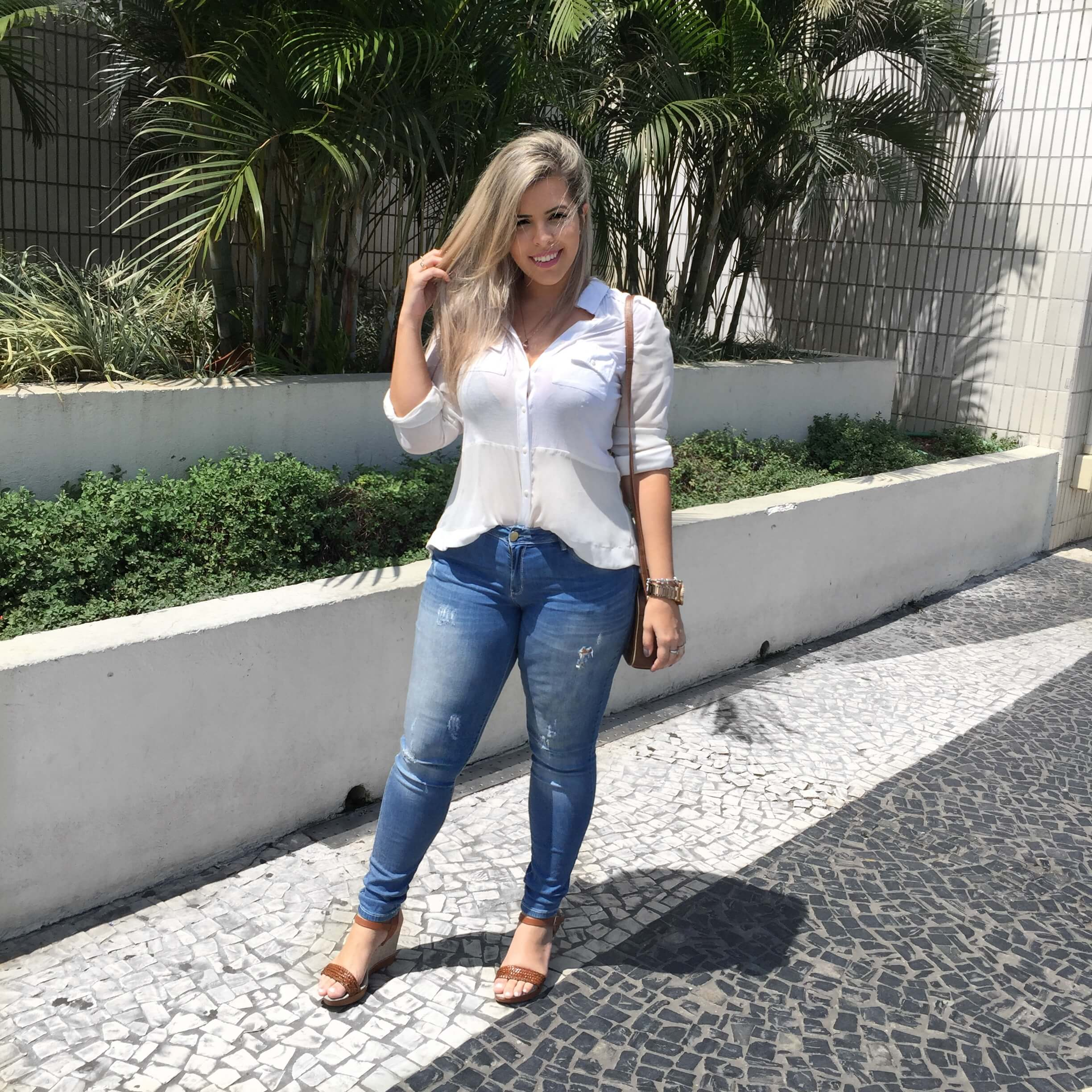 LOOK DO DIA BÁSICO E SEM ERRO JEANS + CAMISĀO look-do-dia-jeans-destroyer-classico-blog-andressa-chaban