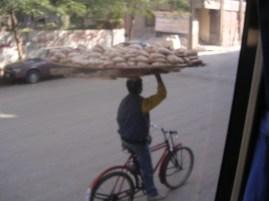 Transportant pa del dia. El Caire. Egipte