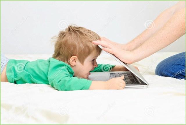 Фото с малышом и ноутбуком