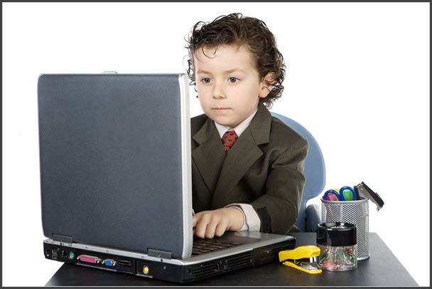 Фотография ученика за ноутбуком
