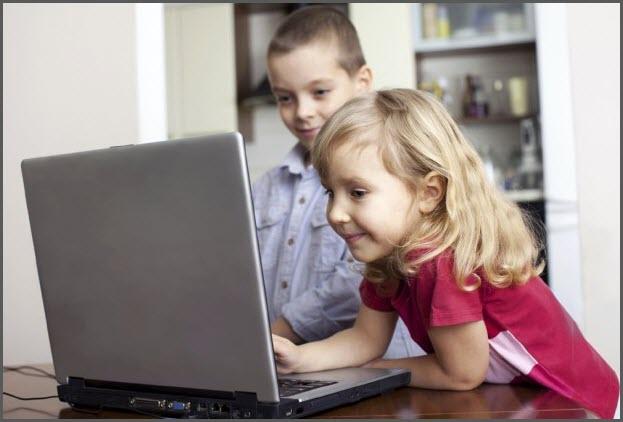 Девочка хвалится ноутбуком