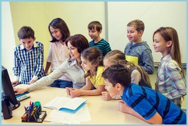 Учитель по компьютеру следит за успеваемостью учеников