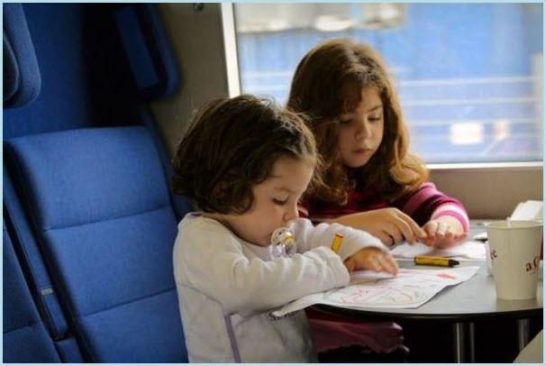 Девочки в поезде рисуют
