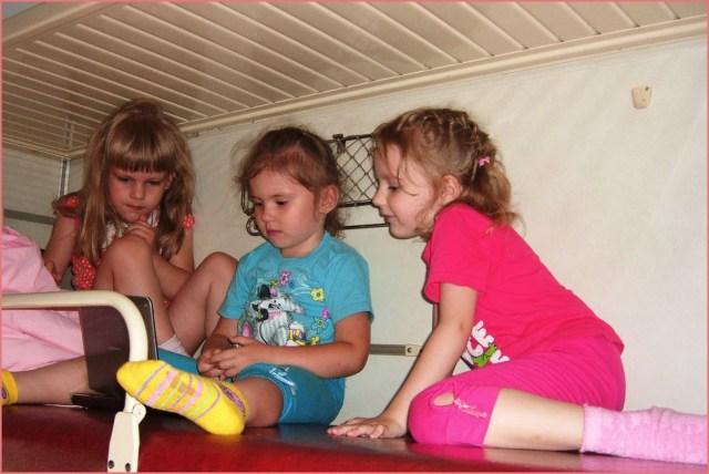 Три подружки на полке поезда