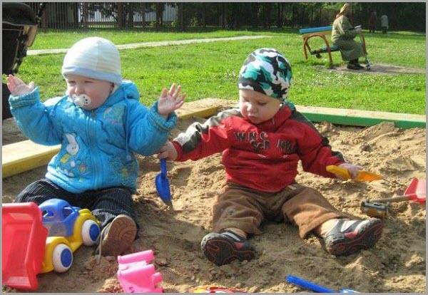 Совсем малыши в песочнице