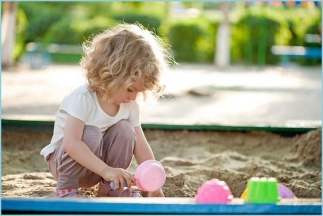 Девочка одна в песочнице