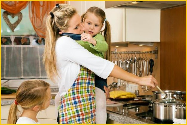 Мама с детьми на кухне