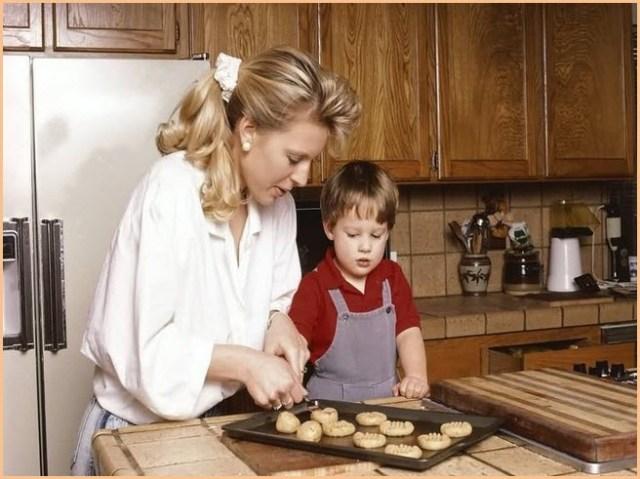 На картинке мама с сынком пекут печенье