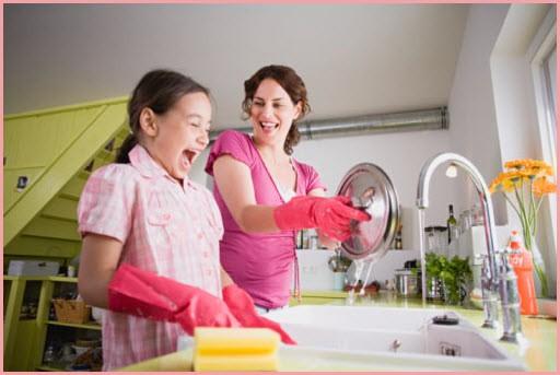 Мама с дочкой моют посуду и со смехом обсуждают свои дела