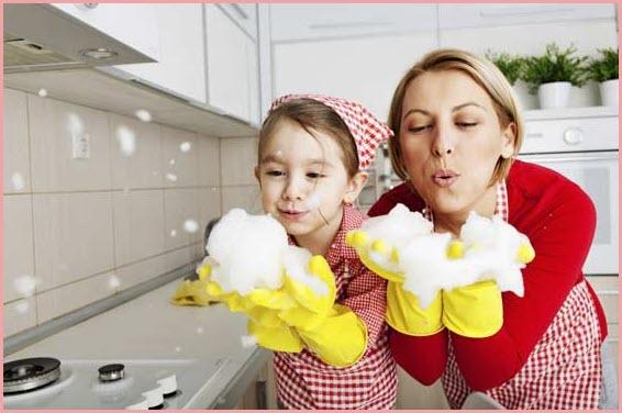 На фото мама с дочкой моют плиту