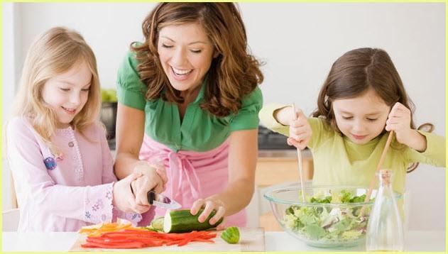 Девочки на фото помогают маме делать салаты