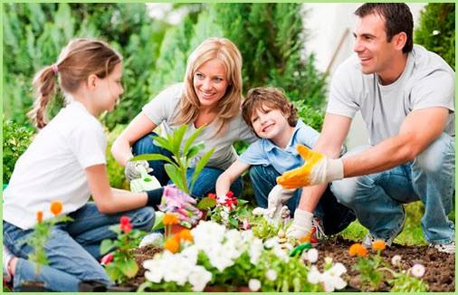 Дети помогают родителям на даче