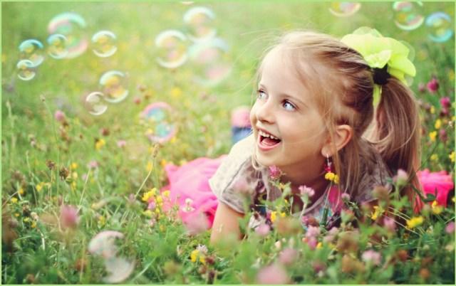 Девочка на цветущем лугу