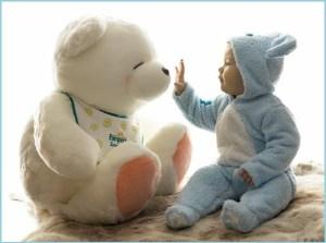 Младенец с игрушкой мишкой