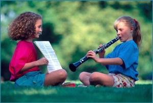 Одна подружка играет, а другая ноты держит