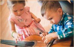 Дети разглядывают гитару