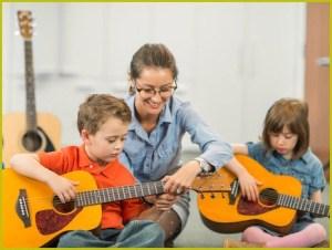 Учатся мальчики играть на гитаре