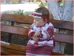 Девчушка на лавочке