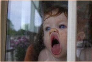 Прижалась девочка к оконному стеклу