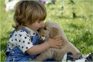 Малыш на фото целует щенка