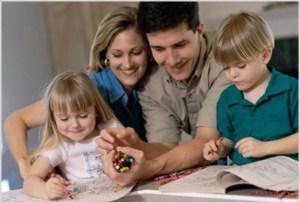 Родители с детьми рисуют