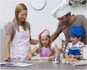 Родители и дети на кухне