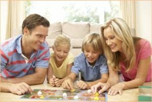 Родители с детьми играют в настольную игру