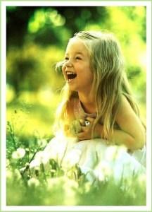 Девочка веселится