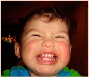 смеющийся ребёнок