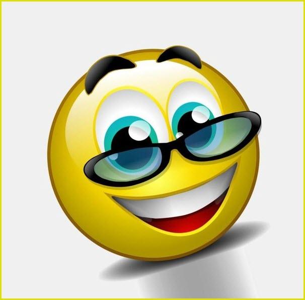 Смайлик в очках улыбается