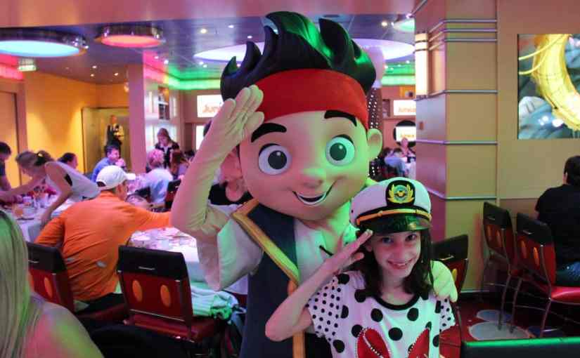 Café com personagens no navio Disney Fantasy
