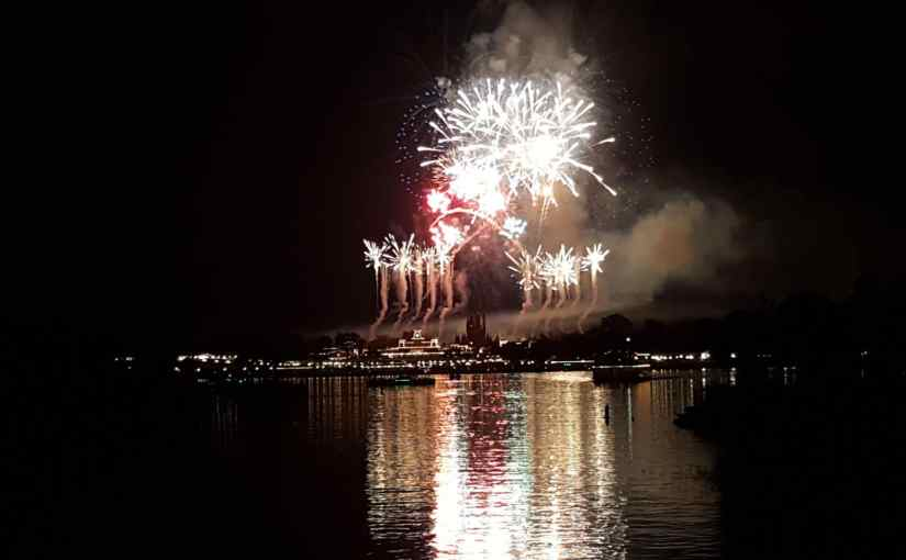 Ferrytale Fireworks – Barco com fogos no Magic Kingdom