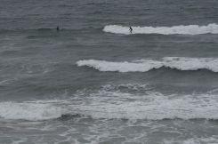 Erst kommen die Wellen (hier noch mit zwei Surfern)...