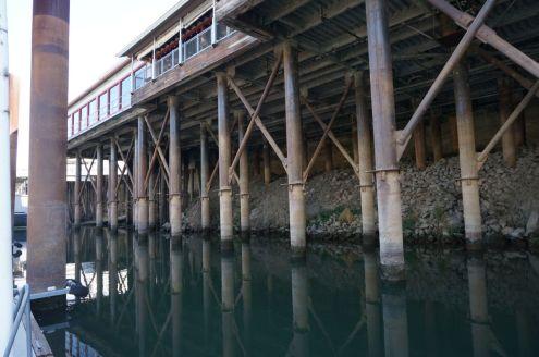 Tiefer Wasserstand im Sacramento River in Sacramento