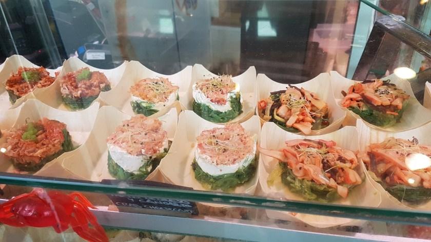 Огромное количество рыбы и морепродуктов, свежие овощи, сладости, фрукты, конечно-же хамон.