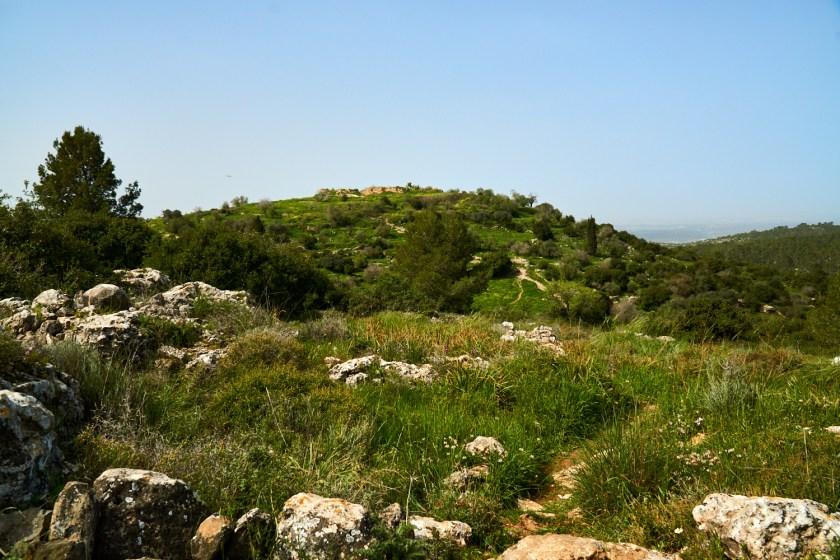 На холме впереди видны развалины Бейт Итаб.