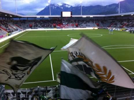 Kurz vor Einlauf der beiden Mannschaften in eine spärlich gefüllte Arena Thun.