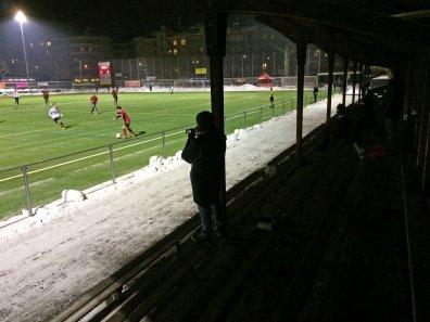 Blick von der Tribüne aufs Spielfeld