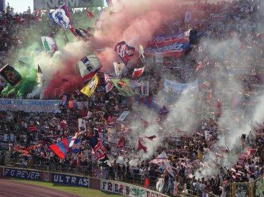 Die Bologna Fankurve zum Spielbeginn