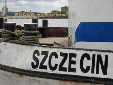 Schiffskutter mit Pogon-Graffiti im Hintergrund
