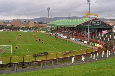 Sicht auf das Spielfeld von dem grossen Stehplatzbereich