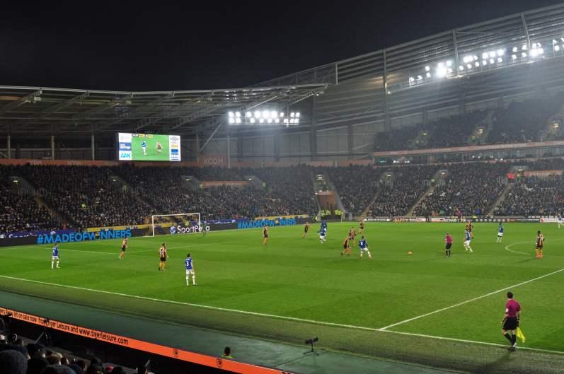 Blick ins Stadion von Hull mit Sicht auf Leighton Baines