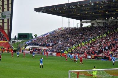 Die zahlreich mitgereisten Fans der Rangers aus Glasgow
