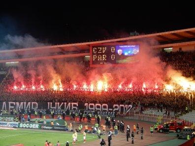 Partizan-Fans gedenken mit einem Spruchband und Facklern an Demir
