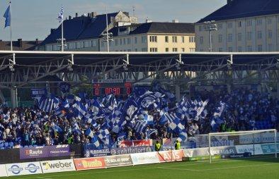 Fahnenintro der HJK-Anhänger zum Spielbeginn