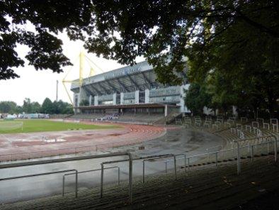 Blick an die Aussenwand des Stadions mit der Roten Erde im Vordergrund