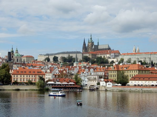 Aussicht von der berühmten Karlsbrücke auf die Burg